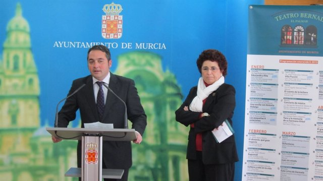 Gómez y Pineda durante la presentación del progama del Teatro Bernal