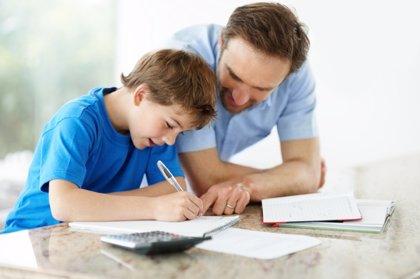 Ayudarle a hacer los deberes no es ayudarle