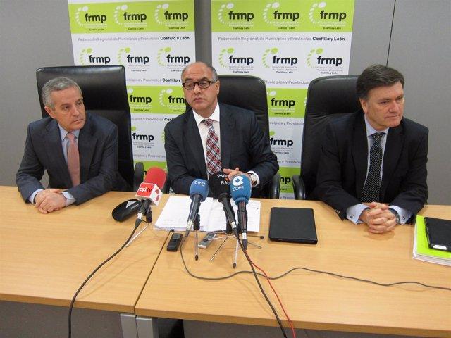 El presidente de la FRMP, en el centro, antes de participar en la Ejecutiva.