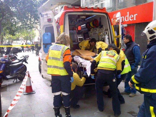Imagen del traslado del obrero al hospital