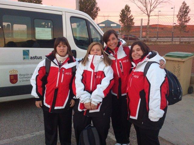 Teresa, Irene y Leyre, junto a su entrenadora Ana Fe