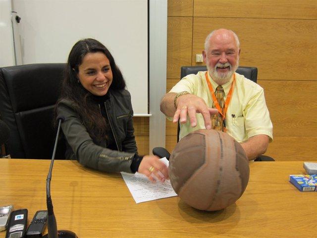 Los profesores Eva Gallardo y Carl Owen, que resolvieron el problema matemático