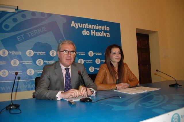 Los ediles Francisco Moro y Carmen Sacristán, en rueda de prensa.