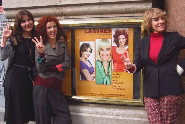 Las tres protagonistas junto al cartel de 'Lastres'