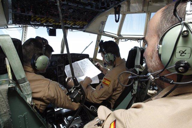 Militares españoles en el avión 'Hércules' enviado a Malí