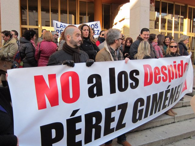 Trabajadores de Pérez Giménez ante al Ayuntamiento de Córdoba