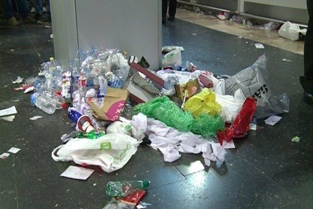 La basura llena el Aeropuerto de Barajas por la huelga