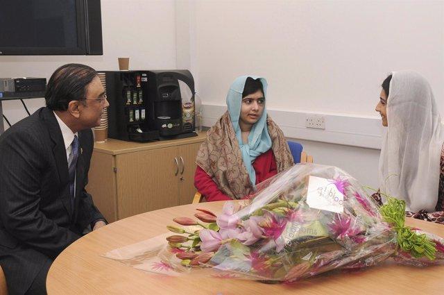 Zardari visita a Malala Yousufzai en el hospital en el que está ingresada