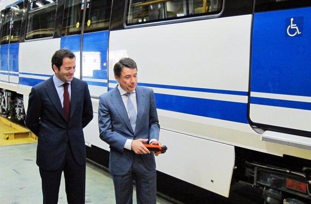 González y Cavero en las cocheras de Metro de Madrid