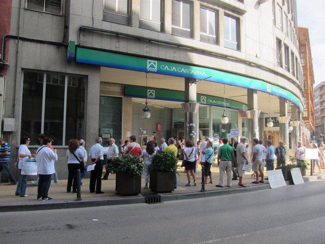 Afectados por preferentes obligan a cerrar oficinas de Caja Cantabria