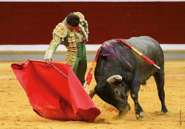 Derechazo del torero de Diego Urdiales
