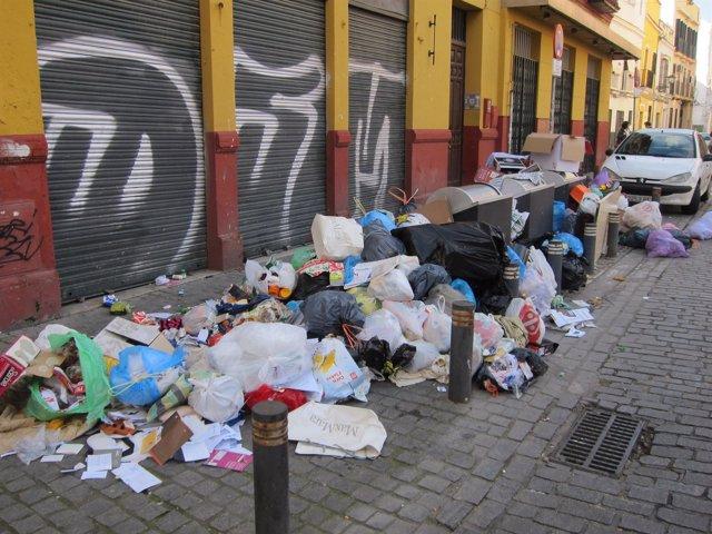 Basura en el tercer día de huelga de Lipasam en Sevilla