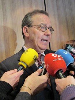 El director general del FROB, Antonio Carrascosa, atiende a los periodistas.