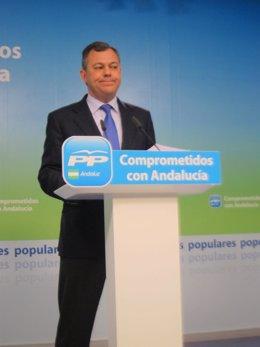 El secretario general del PP-A, JOsé Luis Sanz, en rueda de prensa