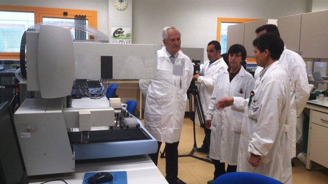 El delegado de la Junta, Guillermo García, durante la visita al centro leonés