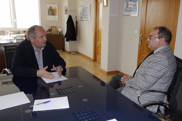 El consejero de Medio Ambiente con el alcalde de Miengo