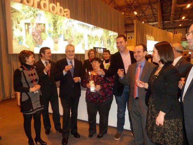 Soriano (dcha.) junto al consejero de Turismo y el presidente de la Junta