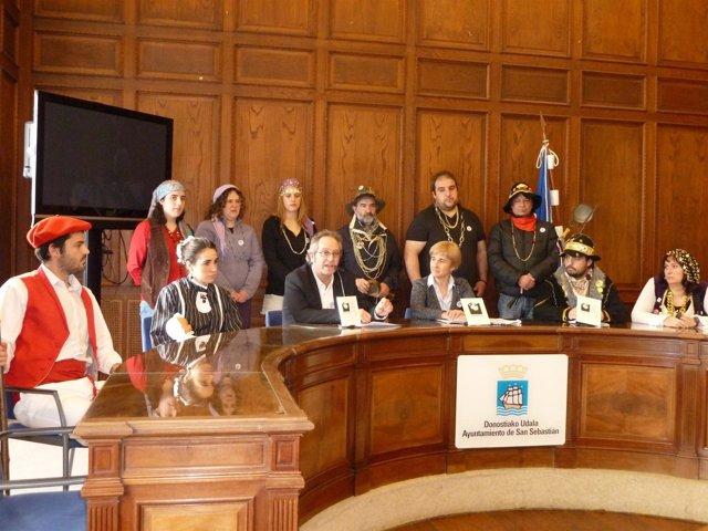 Miembros de las comparsas de Caldereros y Artzainas e Inudes