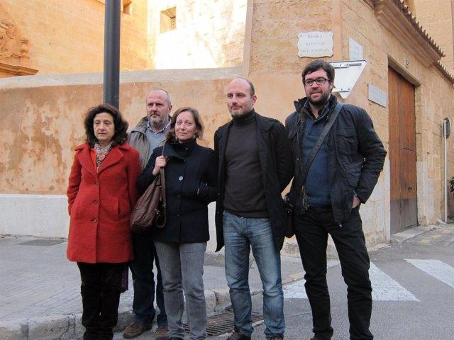 Miembros del PSM-IV-ExM ante el cartel de la Rambla de los Duques de Palma