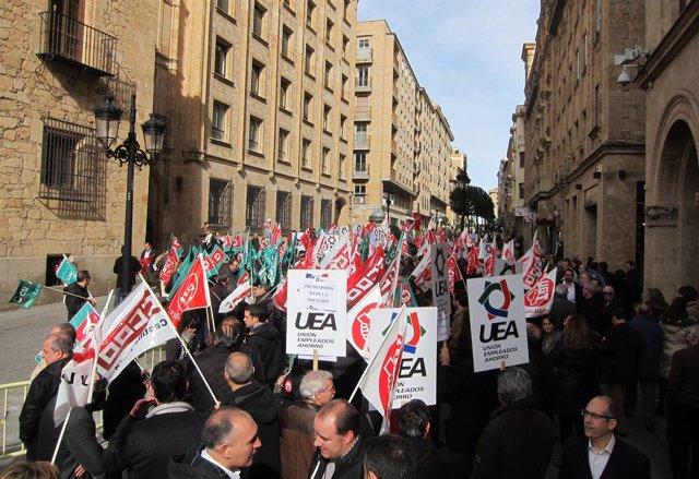 Concentración a las puertas de la sede central del Banco CEISS en Salamanca