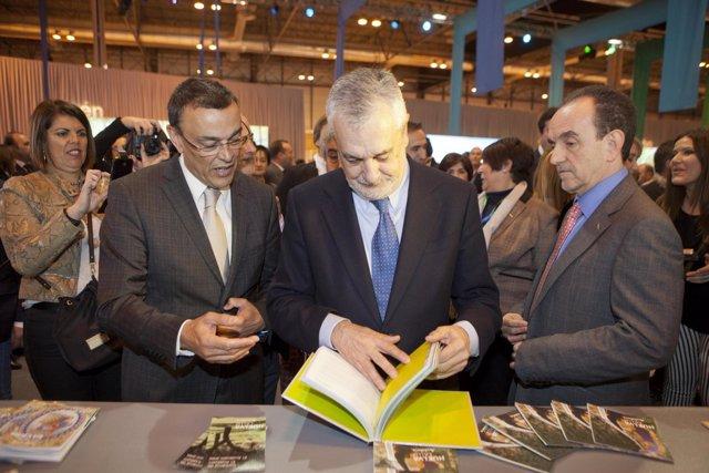 El presidente de la Junta, junto al consejero de Turismo e Ignacio Caraballo.
