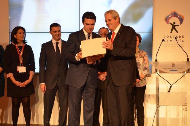 El ministro José Manuel Soria recibe los 'Soles de Oro' de Vera