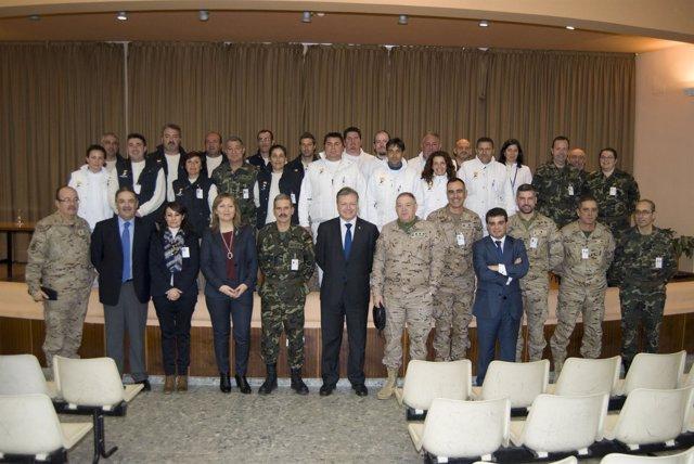 El subdelegado (centro) con los mandos y participantes en el taller