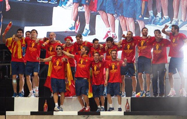 La selección española celebra su victoria en la Eurocopa en Madrid