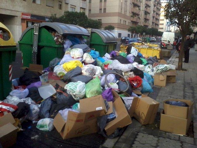 Basura en las calles de Sevilla por la huelga de Lipasam.