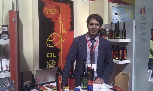 Caballero promocionando sus aceites en la Speciality and Food de Londres