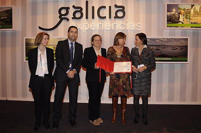 La secretaria xeral para o Turismo, Nava Castro, recibe el galardón del Camino