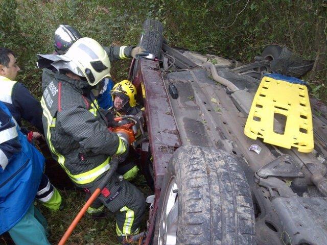 Rescate del conductor precipitado por un terraplén