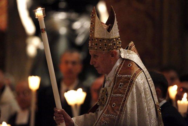 El Papa Benedicto XVI en una misa en el Vaticano