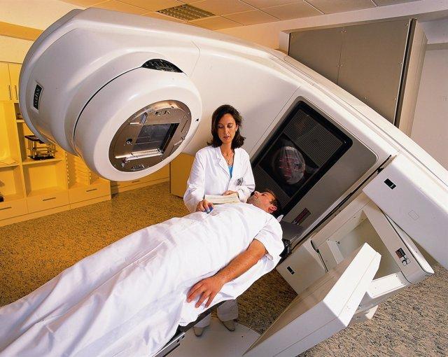Un paciente recibe tratamiento contra el cáncer