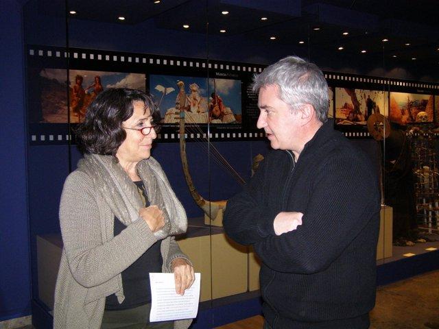 La directora de Museu de Prehistòria, Helena Bonet, con Marc Azéma