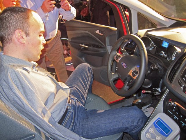 David Rivas explica el mecanismo del coche adaptado durante la presentación