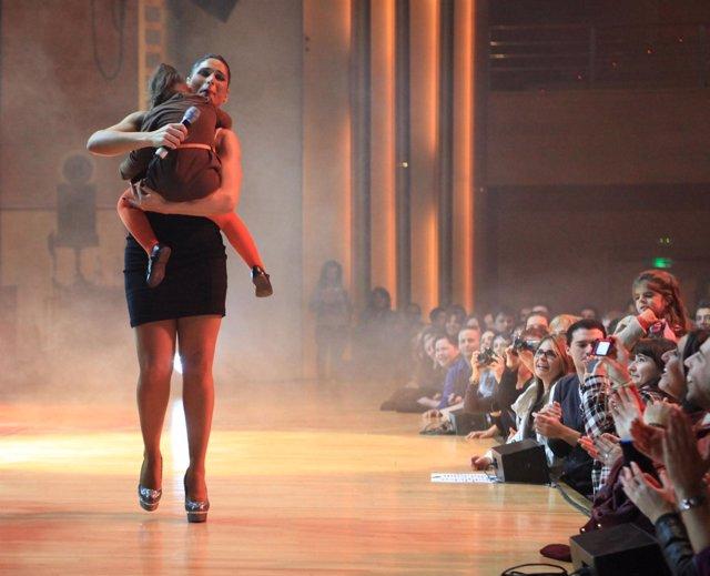Rosa López abraza a su sobrina durante el concierto