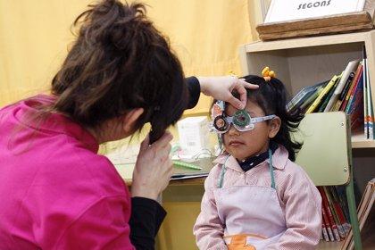 Detectan problemas oculares al 23% de los niños desfavorecidos de una escuela de Badalona