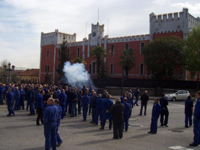 Trabajadores De La Fábrica De Armas De La Vega