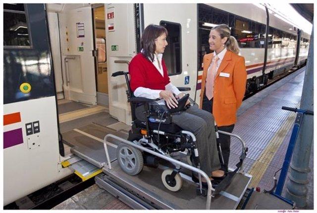 El servicio Atendo de Renfe asiste a viajeros con movilidad reducida