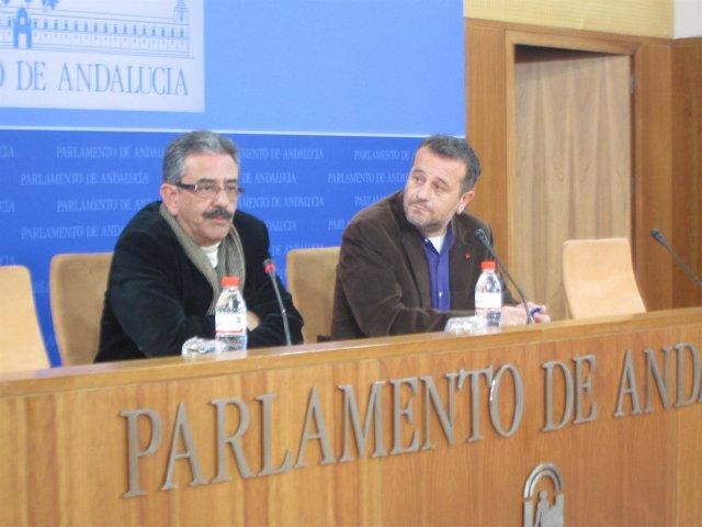 José Antonio Castro y Manuel Baena, de IULV-CA, hoy en rueda de prensa