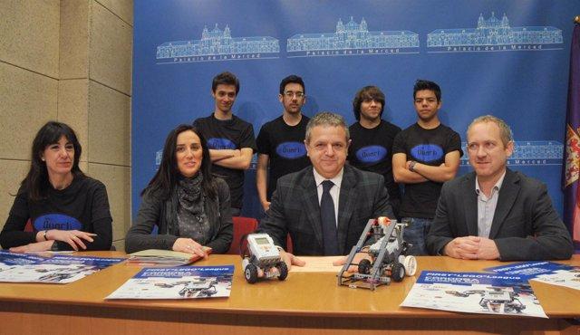 Martos y Fuentes (centro) en la presentación de la 'First Lego League'