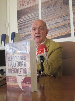 El catedrático de la USAL Manuel Alcántara junto al nuevo libro