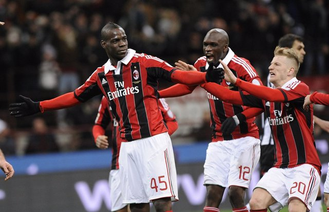 Balotelli debuta con un doblete en la victoria del Milan