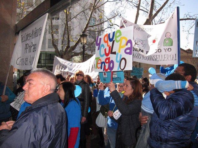 Protesta ante Sanidad por la deuda con centros para niños autistas.