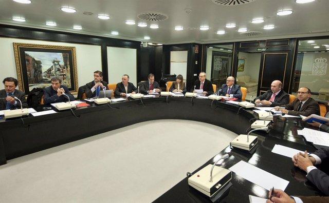 Zarraluqui preside la reunión de la Comisión de Ordenación del Territorio.