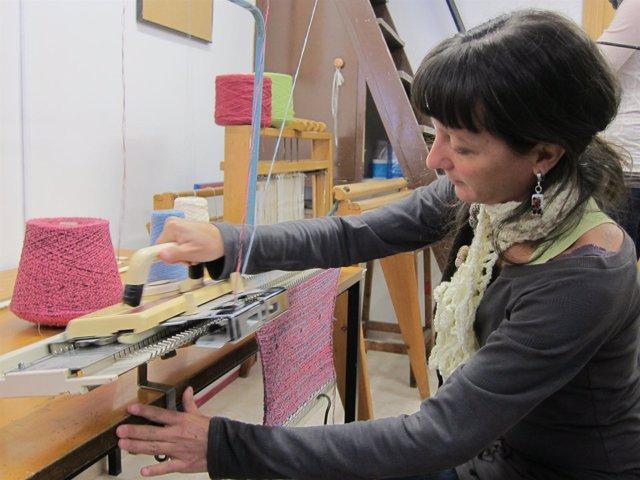 Una chica trabaja en un de los talleres de la Escola Massana