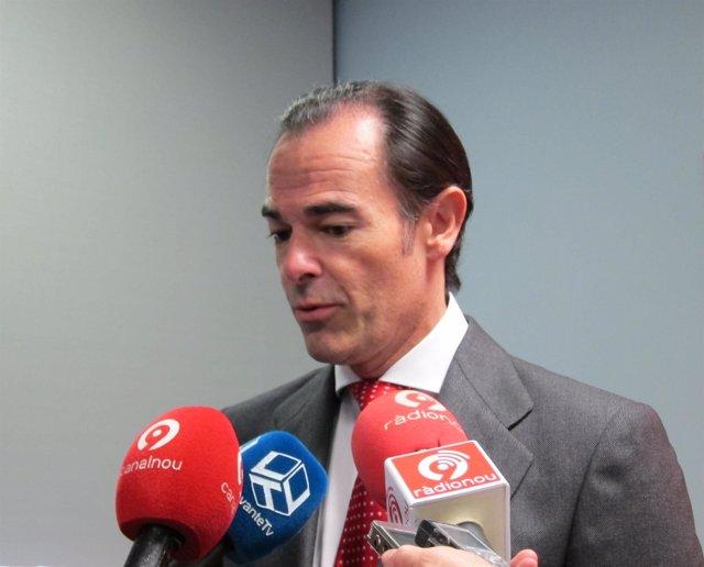 Manuel Llombart  atendiendo a los medios de comunicación