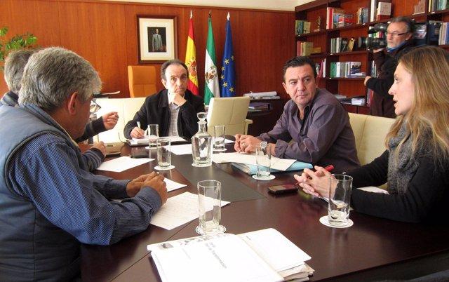 El consejero de Turismo y Comercio se reúne con trabajadores de Iberia.