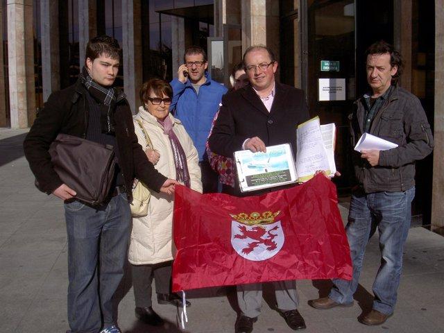 Un grupo de la Plataforma Más Vuelos a las puertas de la Delegación de la Junta
